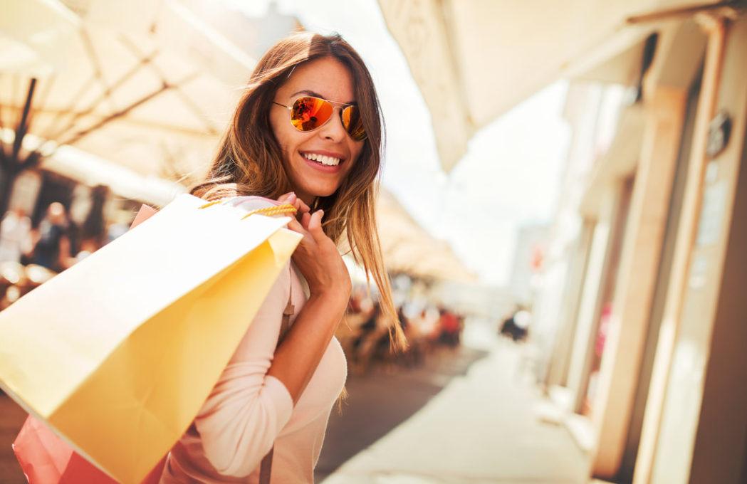 mulher fazendo compras no shopping a céu aberto