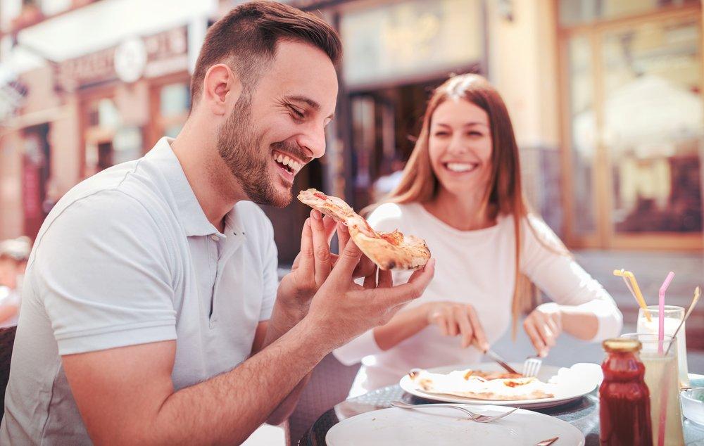 comendo pizza em shopping a céu aberto