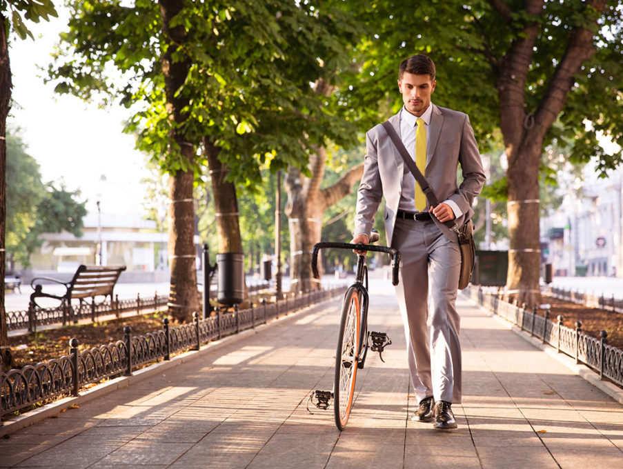 homem indo para o trabalho com bicicleta